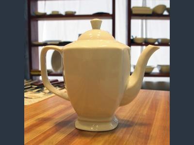 Tetera cerámica blanca.